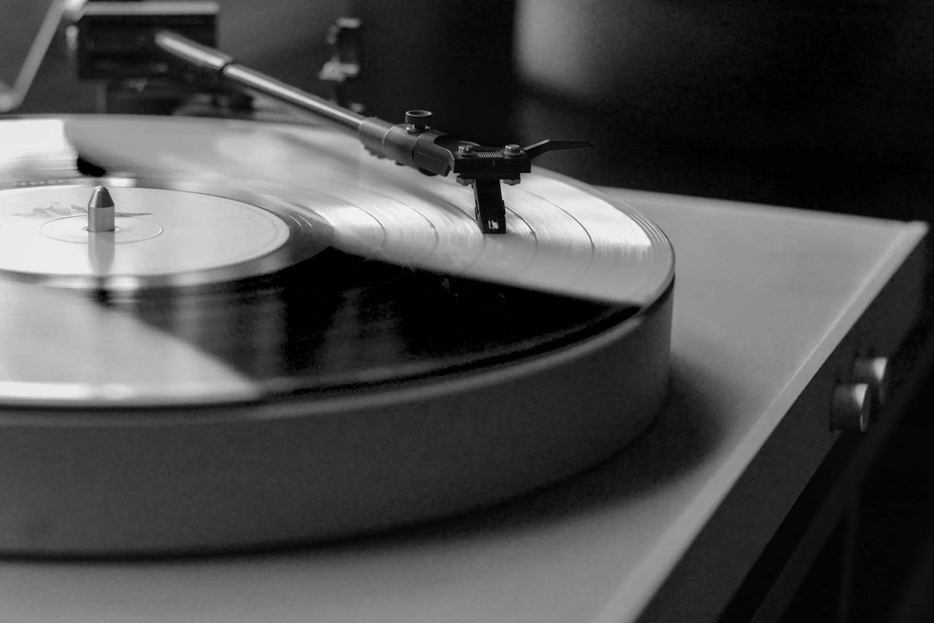 vinile - Photo by Lee Campbell on Unsplash